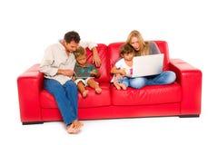 Familie mit zwei Kindern Lizenzfreies Stockfoto