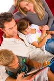 Familie mit zwei Kindern Lizenzfreies Stockbild
