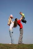 Familie mit zwei Kindern auf Händen Stockbild