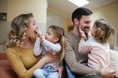 Familie mit zwei Töchtern Glückliche Familie Stockfotografie