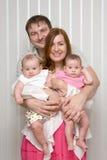 Familie mit Zwilling mit zwei dem kleinen Schätzchen Stockfotos