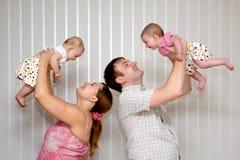 Familie mit Zwilling mit zwei dem kleinen Schätzchen Stockfotografie