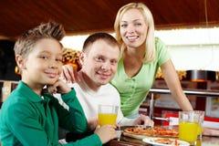 Familie am Mittagessen lizenzfreies stockbild