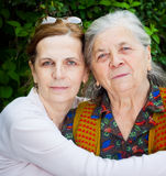 Familie - Mittelaltertochter und ältere Mutter Stockfotografie