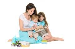 Familie: moeder, dochter en zoon stock afbeelding