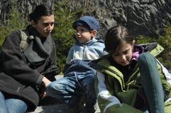 Familie, moeder met haar dochter en zoon op een reis De bergen Royalty-vrije Stock Afbeelding