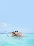 Familie, moeder met jonge geitjes, die in een tropische oceaan zwemmen Royalty-vrije Stock Fotografie