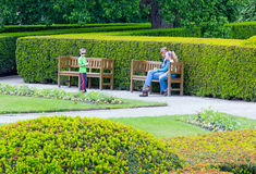 Familie in het park van de de zomerstad Royalty-vrije Stock Afbeelding
