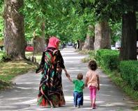 FAMILIE: Moslimmoeder met haar zoon en dochter Royalty-vrije Stock Foto's
