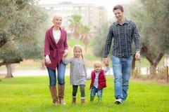 Familie mum papa en jonge geitjes Stock Foto's