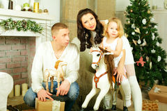 Familie, Mutter, Vater und Kind mit altem Spielzeugpferd stockfotos