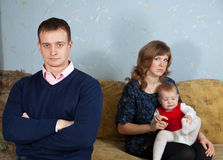 Familie nach Streit im Haus stockfotografie