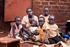Familie nahe Jinja in Uganda lizenzfreie stockfotografie
