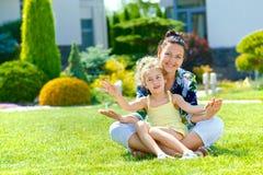 Familie nahe neuem Haus Lizenzfreies Stockfoto