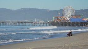 Familie nahe Santa Monica Pier stock footage