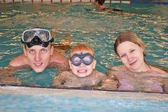 Familie in omvatte pool Stock Afbeelding