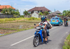 Familie op autoped in Bali Stock Afbeelding