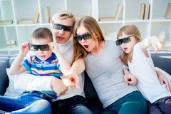 Familie op bank Royalty-vrije Stock Afbeelding