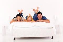 Familie op bed Stock Afbeeldingen