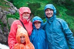 Familie op bergsleep op een regenachtige dag Royalty-vrije Stock Afbeeldingen