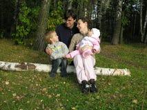 Familie op berk stock foto