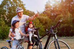 Familie op Cyclusrit in Platteland stock foto's
