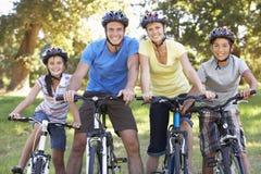 Familie op Cyclusrit in Platteland Stock Foto