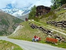 Familie op de berg van de zomerAlpen Stock Foto's