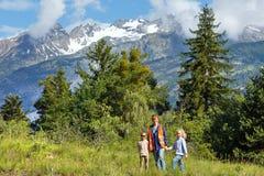 De berglandschap en familie van de zomer (Alpen, Zwitserland) Stock Afbeelding