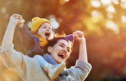 Familie op de herfstgang Stock Afbeelding