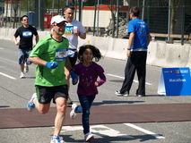 Familie op de marathon van Vancouver royalty-vrije stock fotografie