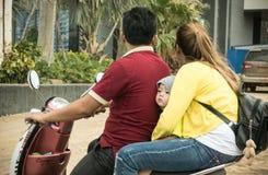 Familie op de motor op de straten van Phnom Penn in Kambodja Stock Fotografie