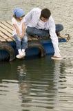 Familie op de pijler Stock Foto's