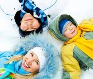 Familie op de sneeuw Stock Fotografie