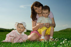 Familie op de zomergebied Stock Foto's