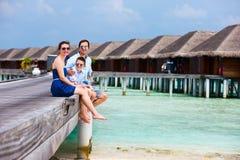 Familie op de zomervakantie bij toevlucht Stock Foto's