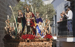Familie op een balkon die op de troon van het broederschap van de ingang in Jeruzalem letten stock afbeelding