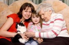 Familie op een bank met een kat royalty-vrije stock foto