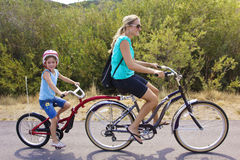 Familie op een fietsrit achter elkaar Royalty-vrije Stock Foto