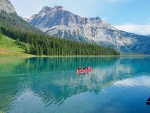 Familie op een Kanu-reis in Emerald Lake in Yoho National Park, royalty-vrije stock afbeelding