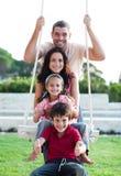 Familie op een schommeling Stock Foto's