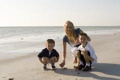 Familie op een strand Stock Foto