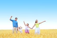 Familie op een tarwegebied Stock Afbeeldingen