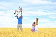 Familie op een tarwegebied Royalty-vrije Stock Foto's