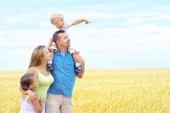 Familie op een tarwegebied Stock Fotografie