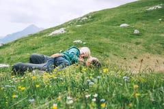 Familie op een trekkingsdag in de bergen Stock Afbeeldingen