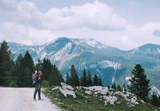 Familie op een trekkingsdag in de bergen Velika Planina of Groot Royalty-vrije Stock Foto's