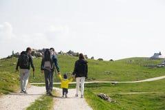 Familie op een trekkingsdag in de bergen Velika Planina of Groot Royalty-vrije Stock Afbeelding