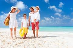 Familie op een tropische strandvakantie Royalty-vrije Stock Foto