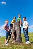 Familie op excursie in de zomer royalty-vrije stock afbeeldingen